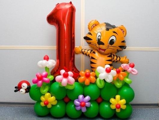 Единичка с тигренком на полянке из воздушных шаров
