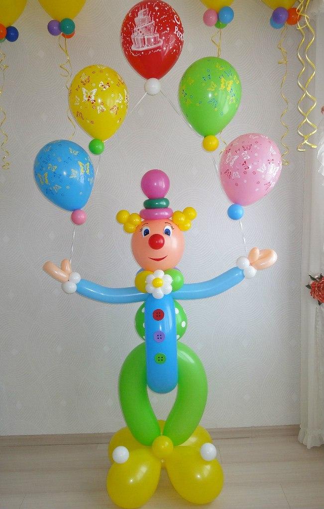 Веселый клоун с разноцветной радугой из шаров