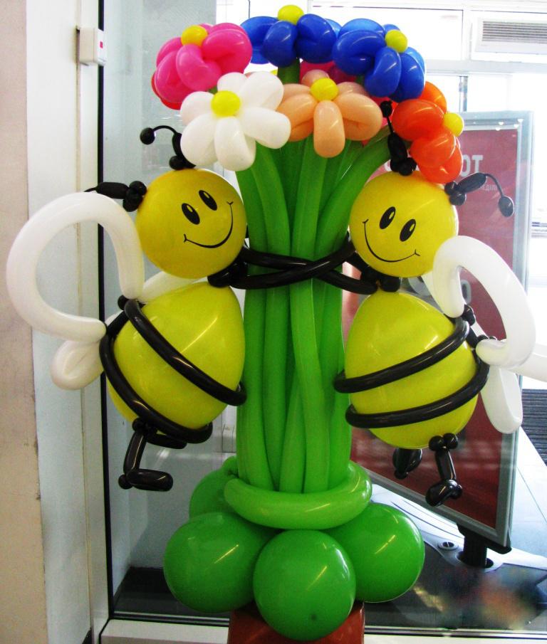 Букет цветов с пчелками