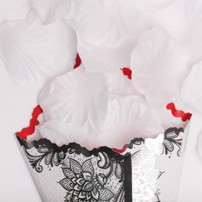Лепестки роз с кульком, белые